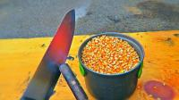 老外拿1000℃钢刀切整桶玉米粒, 插下去瞬间真怕崩我一脸爆米花!