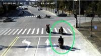 等红灯的女司机一脸懵圈, 不明不白的就被撞了