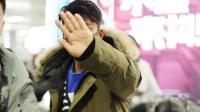 八卦:王宝强穿棉服现机场 被拍伸手挡镜头