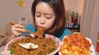 韩国吃播: 美女吃炸酱方便面放超多青辣椒和辣椒面, 配泡菜大口塞