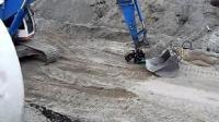 挖掘机取下铲斗就是巨无霸, 铺设水泥管道轻而易举