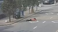 诡异! 三轮车无人驾驶撞飞路人  致颅内出血