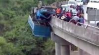 大货车遇车祸倒挂在高架桥, 司机平安无事, 万幸呀