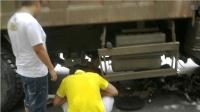 大货车车大危险, 小伙骑着摩托车就上, 惊险逃生还好命大