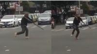 奇葩!男子红绿灯路口当街耍棍 网友:走火入魔?