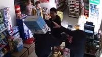 男子超市内竟如此抢劫 秒被超市大妈制伏