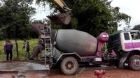泥罐车被困, 挖掘机和拖拉机合力救援