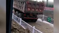挖掘机司机发现货车有问题, 立马用挖斗阻止了