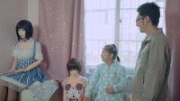 这位年轻父亲,和妻女跟两个硅胶娃娃一起生活