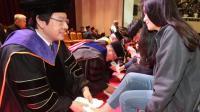 韩国大学教授集体为新生洗脚