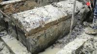考古队挖出不起眼古墓, 埋有巨大棺椁重18吨, 打开后专家拔腿就跑