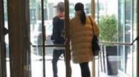 鹿晗和关晓彤被拍到进出同家酒店, 画面甜蜜得令粉丝心碎