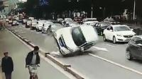 """女司机撞隔离墩 本田车""""四脚朝天""""躺路上"""