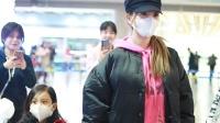 李小璐携女儿亮相机场 甜馨频频挥手