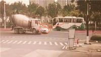广东吉利小车遭两巨无霸连撞司机不怒反笑