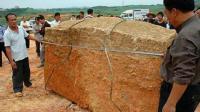 考古队挖掘千年古墓时, 惊现15吨巨型棺椁, 打开后吓的拔腿就跑
