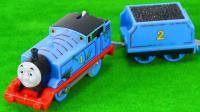 给小火车组装轨道玩具