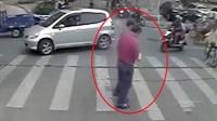 路遇蹒跚老人, 公交司机停车礼让并下车搀扶老人过马路