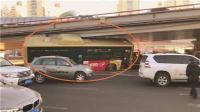 """哈尔滨公交车被卡桥底司机获评""""技术炸裂"""""""
