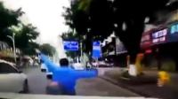路怒司机一路猛怼电动车 三次撞击将其撞飞