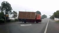 事故警世钟: 小货车紧急躲避轿车, 一个急打方向自己却翻了车306期