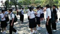 男孩送女孩纽扣 日本中学生毕业现场超级暖