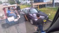 工人用铲车移动合法停放的汽车!