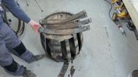 男子得到一个废旧红酒桶, 直接拆了再折腾半天, 成品让人眼前一亮