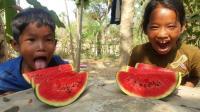 在农村, 几片西瓜就能让孩子露出最灿烂的笑容, 小时候的回忆啊!
