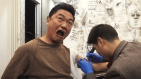 第一次去刺青店刺青, 小伙子疼的嗷嗷叫, 店老板笑的喘不过气