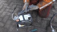 老外将铅水倒进蓄电池自制电池电极? 听着太离谱用着还挺管用!