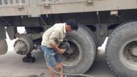 越南路边维修工修理大卡车轮胎, 凭他这技术, 一个月挣3万没问题