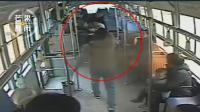 实拍高二学生公交车上见义勇为, 被小偷甩耳光, 惹怒全车乘客