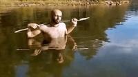 清彻透底的湖水, 牛人泡在水里叉鱼, 真怕他插到自己的脚