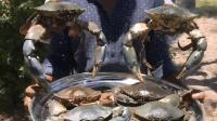 印度小哥用6只大螃蟹做了一锅炒饭, 村民们都跑过来吃, 一定美味!