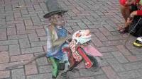 猴子骑摩托撞翻小孩