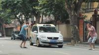 歪果仁到上海街头玩恶搞, 制造障碍物假象让司机不敢往前开