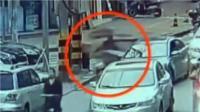 监拍: 乘客随意开车门闯祸 撞翻后方电瓶车