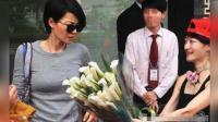 王菲遇热情粉丝接机送花, 一脸嫌弃让现场尴尬