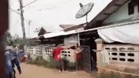 泰国军人路边殴打亲生母亲 警方抓捕后发现其是吸毒者