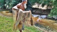 70岁大爷靠撒网捕鱼为生, 看看一网下去收获了多少?
