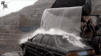 洗车新姿势 开铲车舀河水直接淋