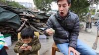 看中国人是如何将小吃做到极致的, 老外全程惊叹像没见过世面的孩子