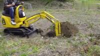 实拍世界上最小的挖掘机: 小松PC01迷你挖掘机挖洞作业