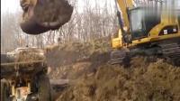 大货车司机给挖掘机师傅买啥好东西了? 挖掘机师傅如此装车!