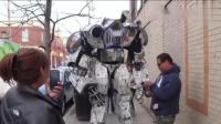 巨型机器人走上大街, 路人纷纷拍照围观