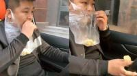 懒癌晚期! 小伙耳挂垃圾袋 边开车边吃甘蔗