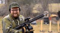 外国土豪用AR-15连续射击十几个弹匣之后, 枪管爆了差点走火打伤自己