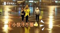 """机场小哥哥甘当""""人肉摆渡车""""冒雨背老人"""