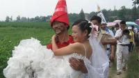 实拍湖北农村婚礼习俗, 新郎歇一边, 公公抱新娘进洞房